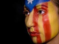 Vrouw met Catalaanse vlag op gezicht geschilderd