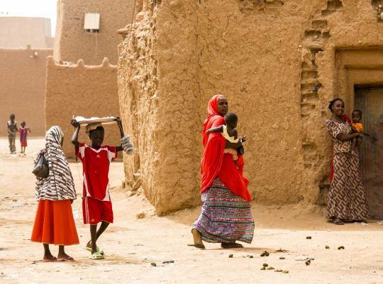 Vrouw en kinderen in de straten van Agadez